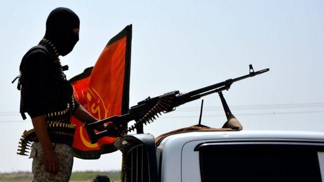 Combatiente de FSD con una metralleta
