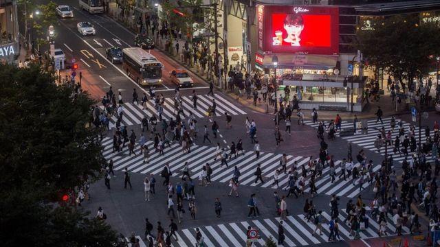 જાપાનની રાજધાની ટૉક્યોના રસ્તા પર લોકો
