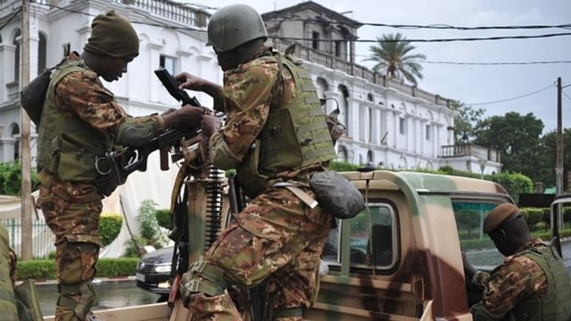 Des soldats maliens en faction aux alentours du palais présidentiel de Koulouba à Bamako