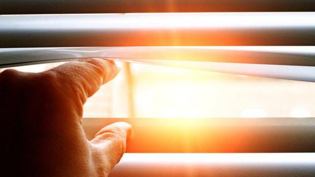 Persona mirando por la ventana