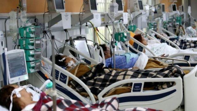 Imagem mostra pacientes em leitos de emergência
