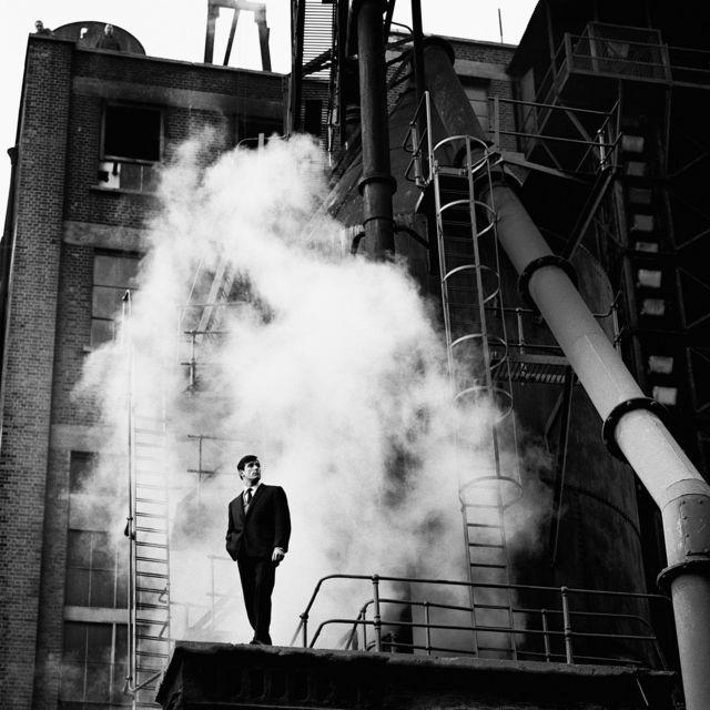 """De la serie """"Thermodynamic"""" fotografía de moda para la revista About Town, enero de 1961"""