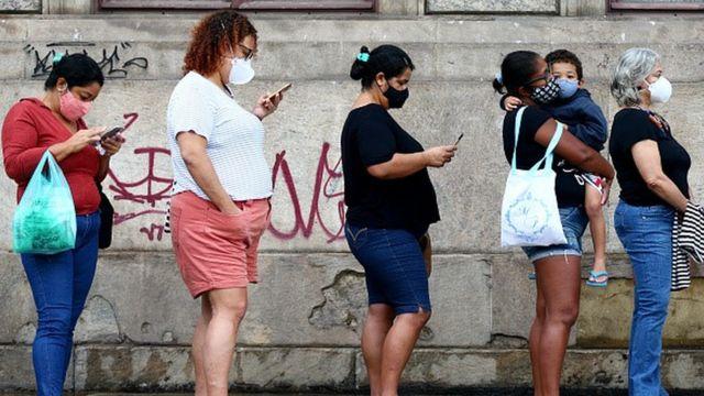 Fila de vacinação, com pessoas usando máscara