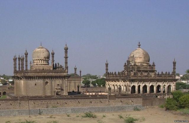 મૃતદેહના અંતિમ સંસ્કારની આ જગ્યા મલિક સંદલે જ 1597માં બીજાપુરમાં બનાવી હતી