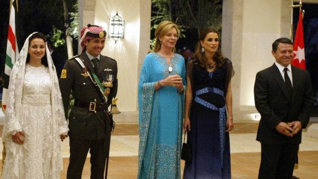 الملك عبد الله وزوجته الملكة رانيا (في أقصى اليمين) يحضران حفل زفاف الأمير حمزة والأميرة نور (يسار) إلى جانب والدة حمزة الملكة نور (في الوسط)