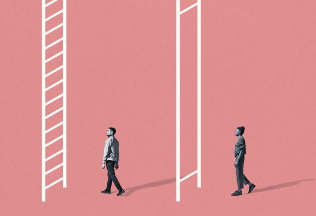 Hombre dirigiéndose a escalera normal, mujer hacia una con los peldaños mucho más separados