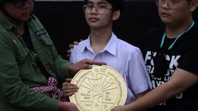 学生领袖在王家田广场地上镶入圆形的金色牌匾。