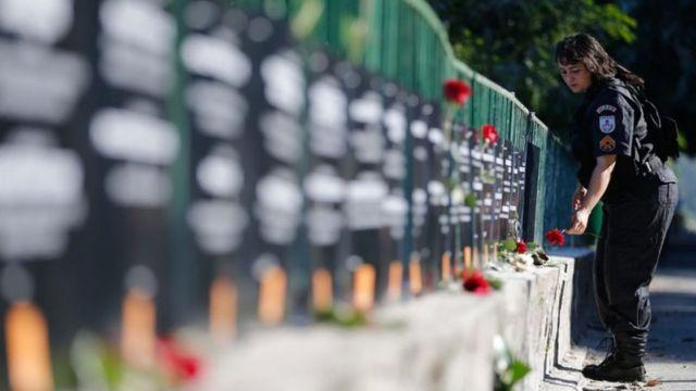 Policial deposita flor em homenagem a PMs mortos