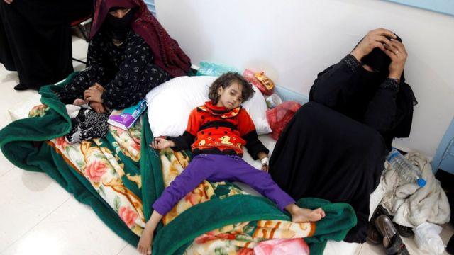 کودکی مبتلا به وبا در بیمارستانی در صنعا پایتخت یمن روی زمین خوابیده است.