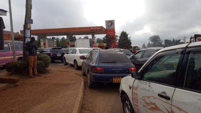 Zimeshuhudiwa foleni ndefu kwenye mji mkuu Nairobi na viunga vyake wakati wenye magari wanasubiri kuongeza magari yao mafuta.