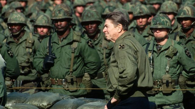 El presidente Ronald Reagan se prepara para hablar con las tropas del 2o de Infantería del Ejército de EE. UU. Estacionadas en Corea del Sur