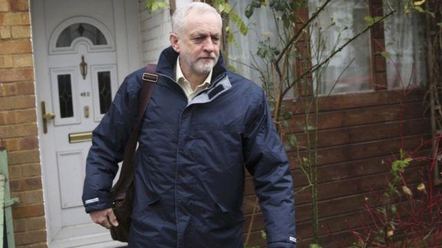 コービン労働党党首は空爆に反対だが、所属議員には自由投票を許すという