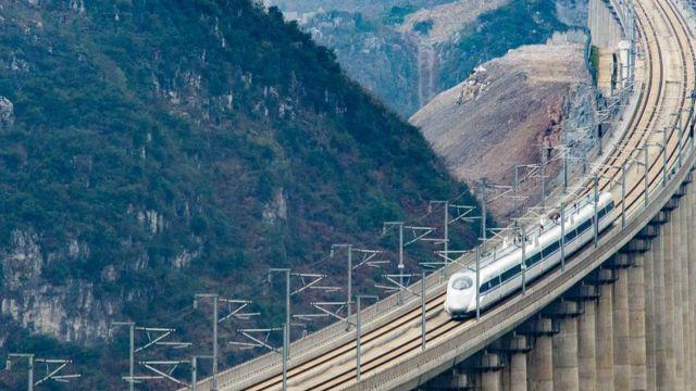 由昆明開往貴陽的G4136次列車經過貴州省安順市境內的水桶木寨特大橋