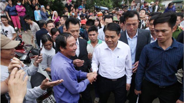 Ông Nguyễn Đức Chung (áo sơ mi trắng)