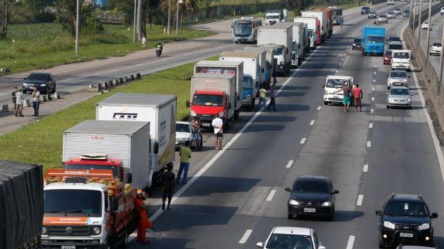 Caminhões parados na Via Dutra, no Rio de Janeiro