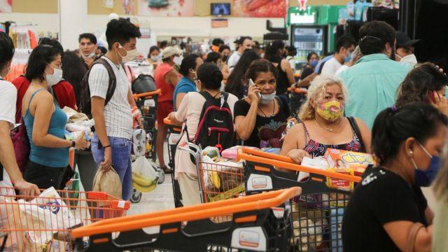 Supermercado lleno de personas en Cancún a medida que se acerca el huracán Delta