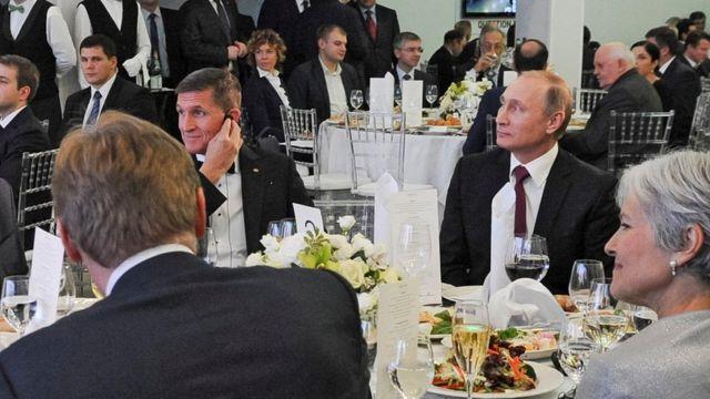 Flynn yarafashwe ifoto ari kumwe na prezida w'Uburusiya Vladimir Putin mu kwezi kwa cumi na kabiri mu 2015
