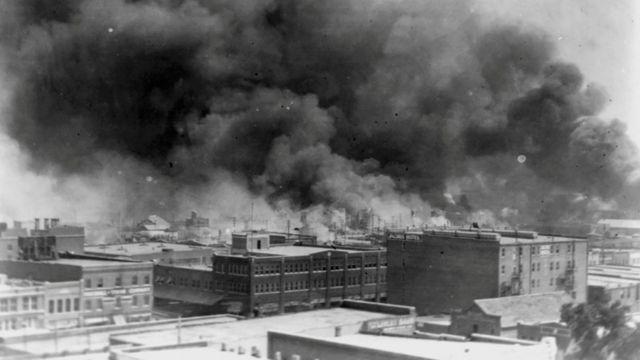 Casas ardiendo en Tulsa, Oklahoma, en 1921