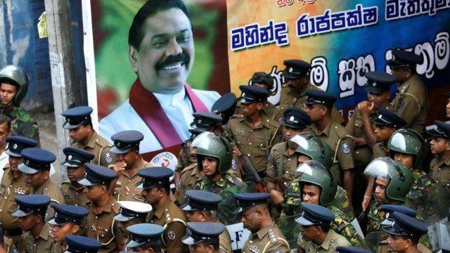 رییس جمهوری سری لانکا نخست وزیر را برکنار و رییس جمهوری پیشین را به جای او منصوب کرده است