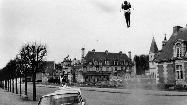 1965 yapımı filmde 007 James Bond roketiyle uçup Aston Martin otomobilinin yanına iniş yapmıştı