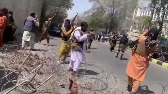 Daha önce Kabil'de yapılan gösteriler sırasında Taliban'ın havaya ateş açtığı görüntüler sosyal medyaya düşmüştü