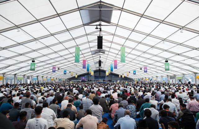 Miles de ahmadíes en el Jalsa Salana de este año, en Hampshire, Inglaterra.
