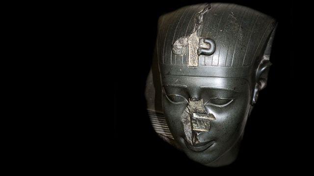 cabeça de uma estátua de um rei da Trigésima Dinastia, por volta de 370 aC. sem nariz