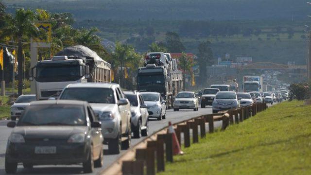 Carros e caminhões em trecho de rodovia próximo de Brasília (DF)