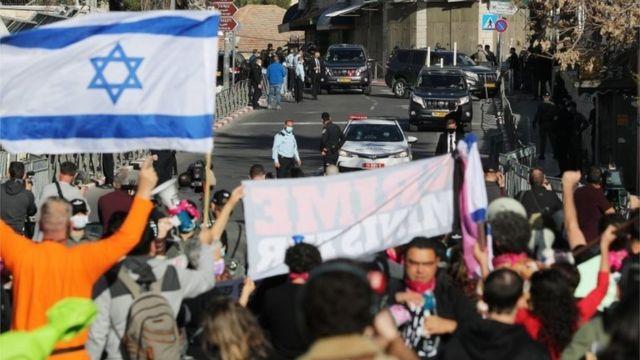 متظاهرون مناهضون لنتنياهو خارج المحكمة المركزية في القدس (2021/02/08)