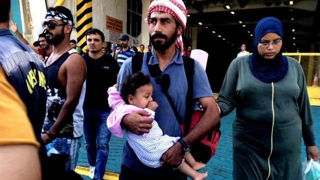 Familia desembarcando del ferry
