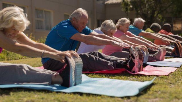 Personas mayores ejercitando.