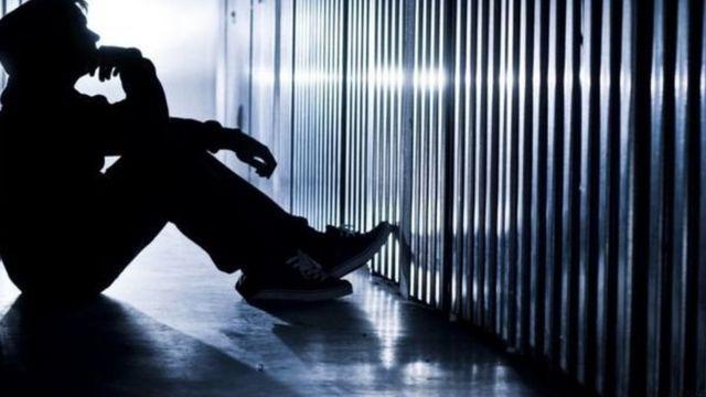 निराशेच्या गर्तेत असलेला तरुण