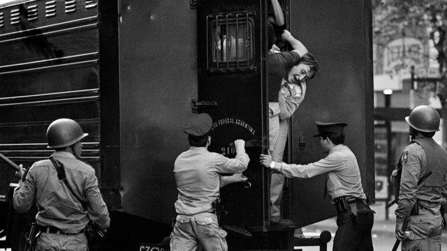 Pessoas são presas durante a ditadura argentina