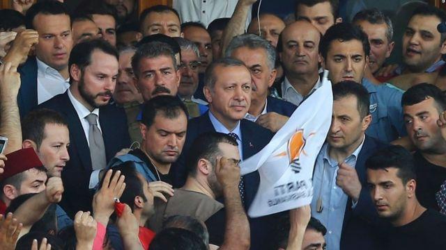 Presidente Erdogan, cercado por uma multidão