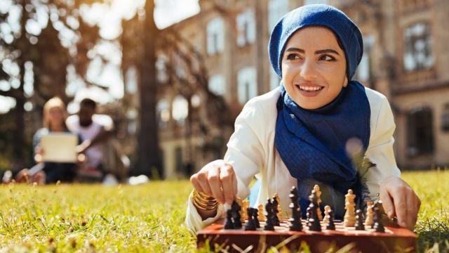 Žena igra šah