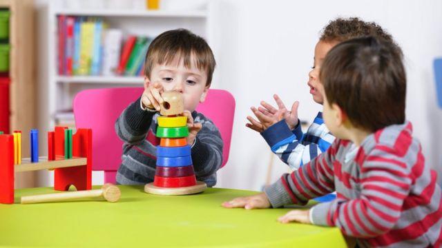 Un groupe de garçons s'amusant avec des jouets éducatifs