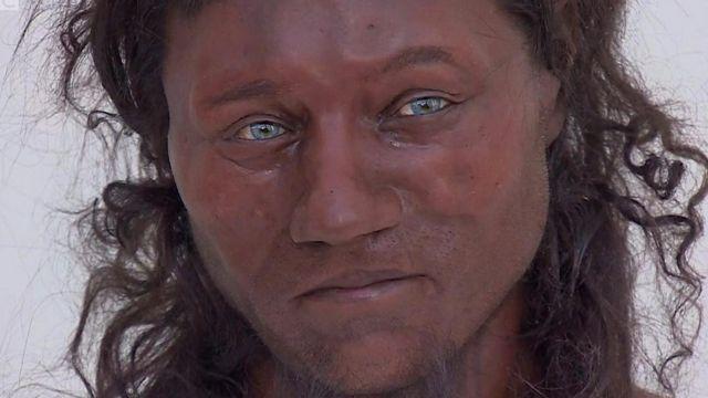 10 हजार वर्षांपूर्वीच्या ब्रिटनमधल्या नागरिकांची त्वचा काळ्या रंगाची आणि डोळे निळ्या रंगांचे असल्याचे एका वैज्ञानिक संशोधनातून सिद्ध झाले आहे.
