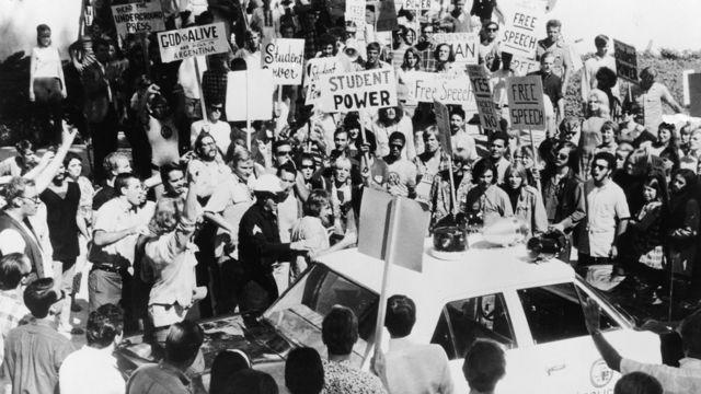 Manifestantes protestan en las afueras del lugar donde se realiza Convención del Partido Demócrata en Chicago en 1968.