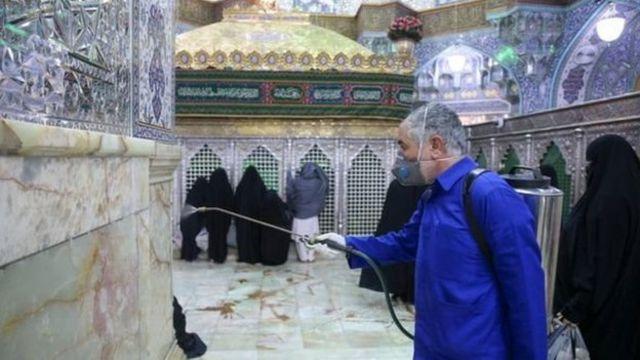 Petugas membersihkan tempat suci Hazrat Masumeh di Qom.