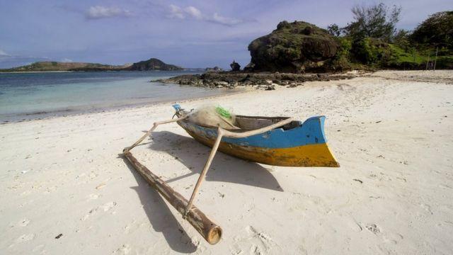 Barco de pesca en la playa de Mandalika