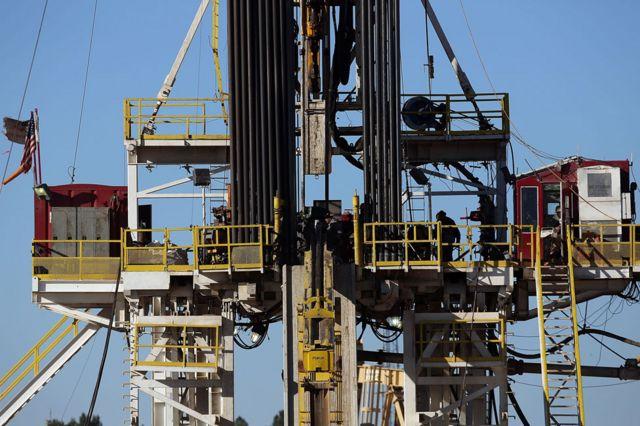 Una plataforma de fracking en el campo petrolero de la Cuenca Pérmica en Texas