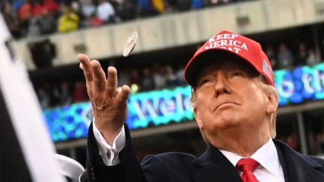 Trump lanzando una moneda al aire
