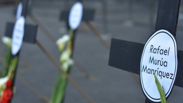 Cruces con nombres de periodistas asesinados