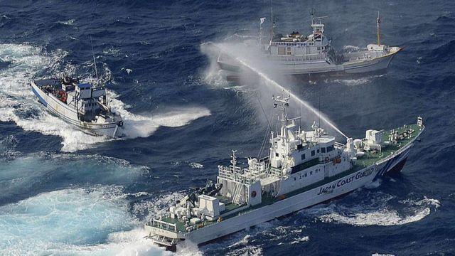 2012年9月,在中国东海钓鱼岛(日本称尖阁诸岛)附近,一艘日本海岸护卫舰(下)向台湾渔船喷水。(photo:BBC)