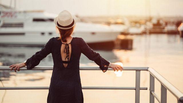 Mujer en un crucero