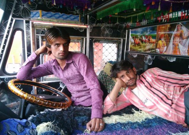 पटना में बेकार खड़े ट्रक के ड्राइवर और हेल्पर