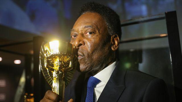 Pelé beija réplica da taça Jules Rimet
