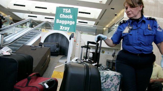 Inspeção de segurança em aeroporto nos EUA