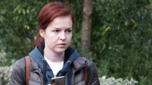 Kira Yarmiş, Navalni'nin uçakta fenalaştıktan sonra indirilip tedavi gördüğü Omsk şehrindeki hastanenin önünde