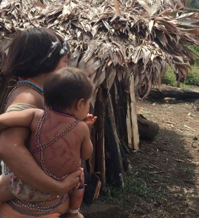 Mãe indígena com o filho